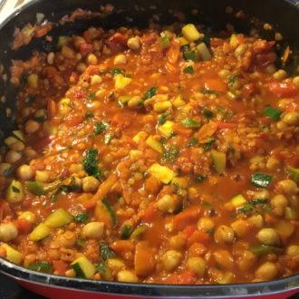 Gemüse-Chili mit Linsen und Kichererbsen